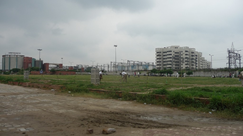 Le projet Shastri Park. De gauche à droite : la station et les centres de contrôle, les bâtiments de maintenance, le parc d'entreprises et les résidences pour le personnel de la DMRC (Bon, 2013)