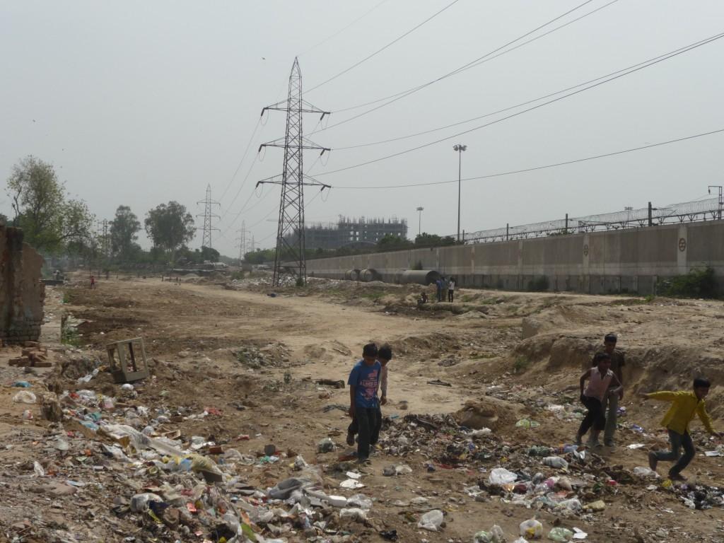 Les environs immédiats du projet Khyber Pass en attente d'aménagement. On aperçoit en arrière-plan les condominiums en cours de construction et sur la gauche la limite de la démolition des bidonvilles (Bon, 2012)