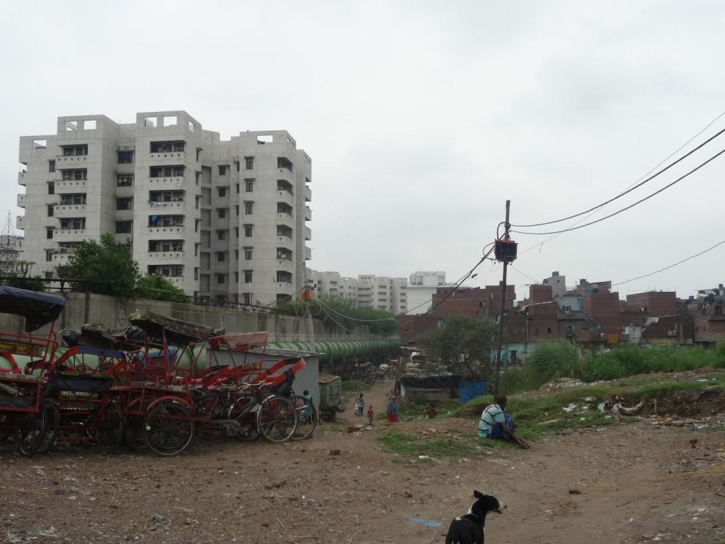 À gauche le projet Shastri Park de la DMRC et à droite les espaces résidentiels réceptacles des impacts directs du grand projet. L'affaissement des terrains provoqué par le grand projet est visible (Bon, 2012)