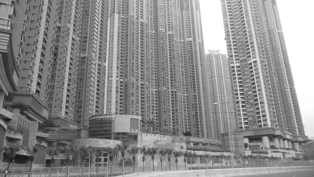 Le dépôt Lohas Park à Hong Kong. Les sites du métro sont souterrains, et les dalles des espaces commerciaux supportent les condominiums (Bon, 2014)