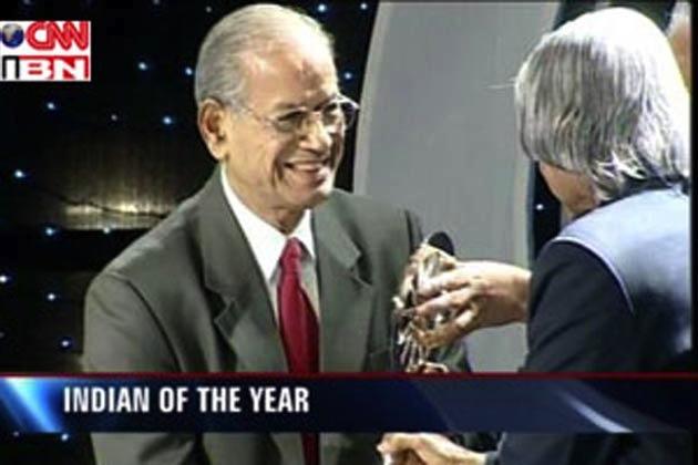L'ingénieur E. Sreedharan recevant en 2007 le titre de «Indian of the year» décerné par l'État indien (CNN-IBN, 2007)