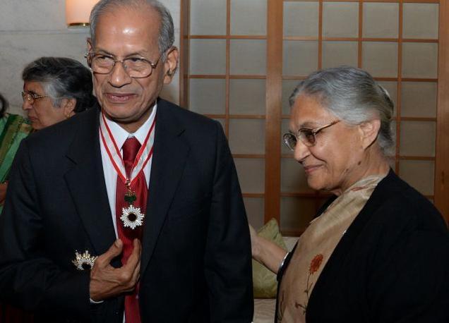 L'ingénieur E. Sreedharan, en présence de la ministre en chef de Delhi, Sheila Dikshit, reçoit les insignes de l'Ordre du Soleil Levant, Étoile d'or et d'Argent qui lui sont décernés par le gouvernement du Japon (The Hindu, 2014)