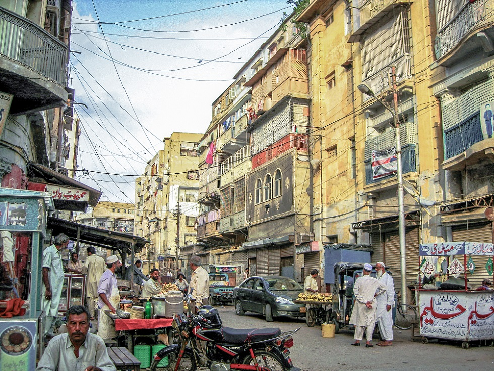 Burns Road, l'un des quartiers de la « vieille ville » coloniale de Karachi devenus un bastion des Mohajirs au lendemain de la Partition de 1947 (Gayer, 2011).