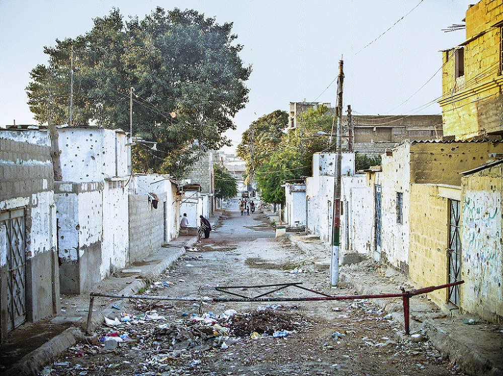 La «frontière» – et la ligne de front – séparant le quartier à dominante pachtoune de Kati Pahari et le quartier à dominante mohajir de Qasba Colony (Gayer, 2011).