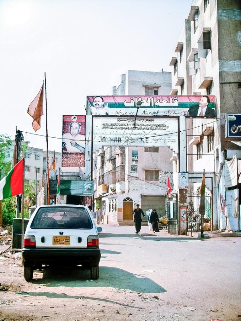 Entrée d'un quartier contesté par le MQM et un parti nationaliste sindhi. La bannière au dessus du portail proclame que le quartier est la «citadelle d'Altaf [Hussain]» (Gayer, 2011).