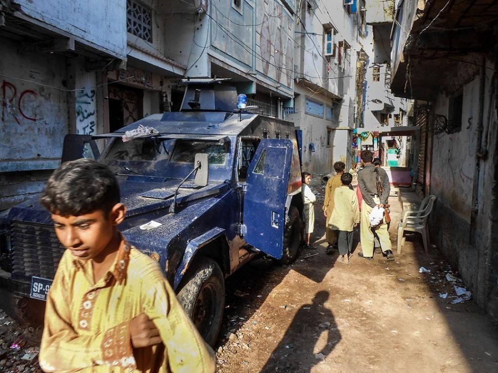 Véhicule blindé de la police à Lyari (Gayer, 2014).
