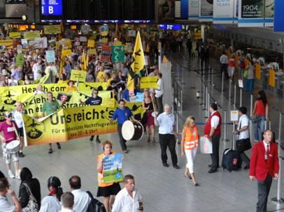 Manifestation hebdomadaire contre les nuisances sonores du trafic aérien dans le hall du principal terminal de Francfort. Source: J.-B. Frétigny 2012