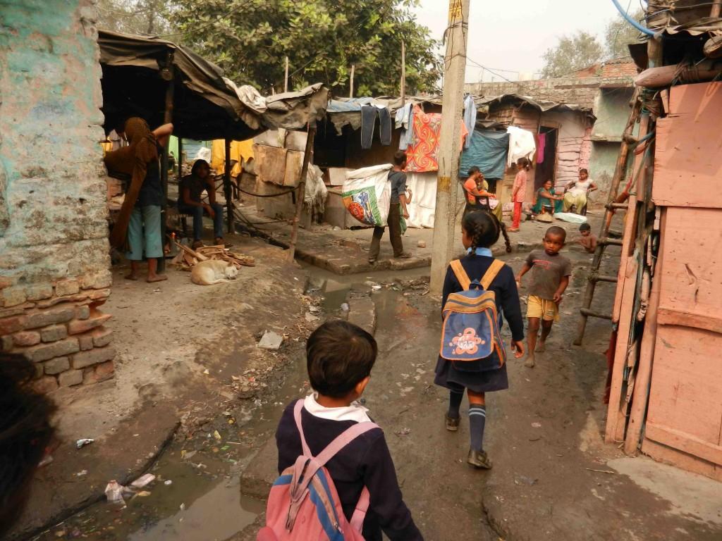 Illustration 4. Scène de rue dans le bidonville de Kathputli Colony, Delhi (Véronique Dupont, novembre 2011).