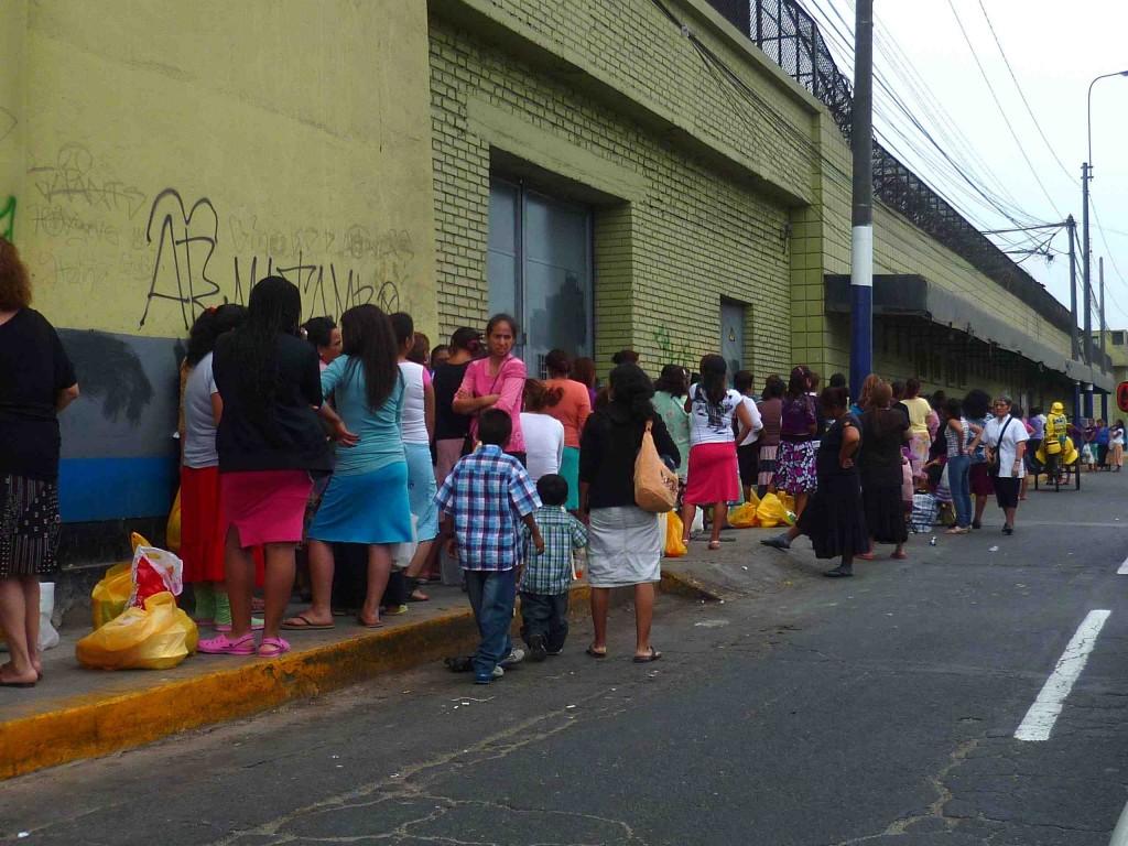 Illustration 2 : file d'attente devant la prison de Chorrillos un jour de visite (Constant, 2011)