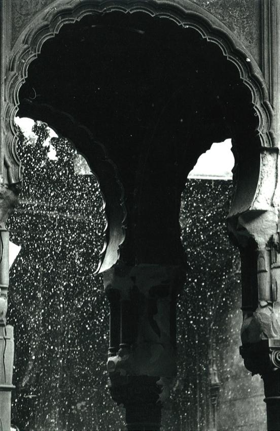 3. La neige tombe dans la bibliothèque, hiver 1993, Photo: Zoran Filipovic (Capitales oubliées, Sarajevo, 1994). Après les Accords de Dayton signés en décembre 1995, la bibliothèque est restée à l'état de ruine durant quelques années.