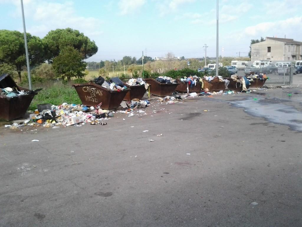 Bennes pleines d'ordures situées à l'entrée d'un camp rom (Kakouch, 2014)