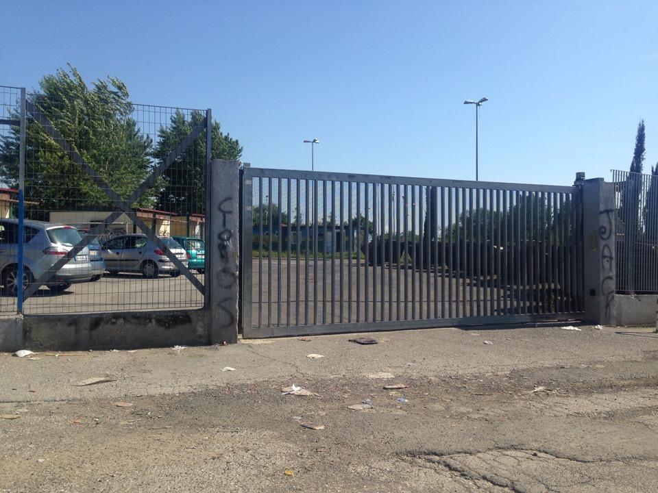 Entrée latérale fermée du camp. Les containers situés à droite sont ceux du service de surveillance municipale (Kakouch, 2014)