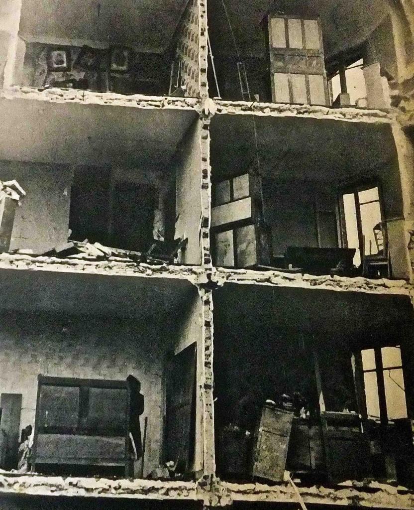 « La déflagration des bombes a soufflé le léger mur de briques faisant apparaître ainsi les logements, telle une épure d'architecte ». Toute la Vie n°31, 12 mars 1942 (Archives municipales de Boulogne-Billancourt, 6H/76).