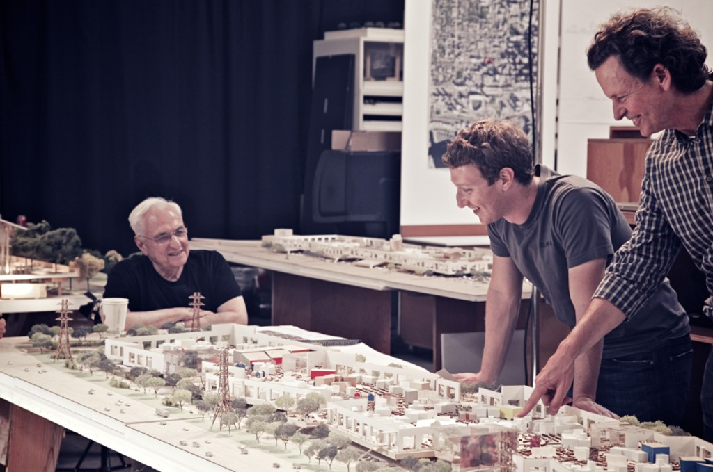 11. Présentation de la nouvelle maquette dessinée par Frank Gehry pour l'extension du campus Facebook, au nord-ouest d'East Palo Alto (Flickr User - Forgemind Archimedia, 2012).