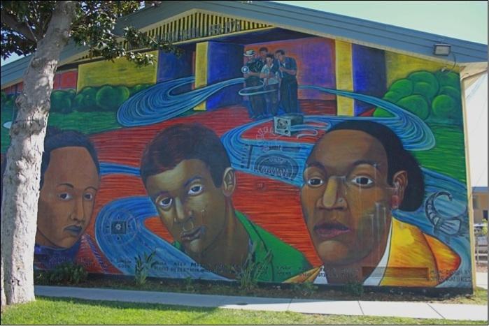 6. Peinture murale sur la façade du collège d'East Palo Alto, situé au centre de la ville (Maaoui, 2013).