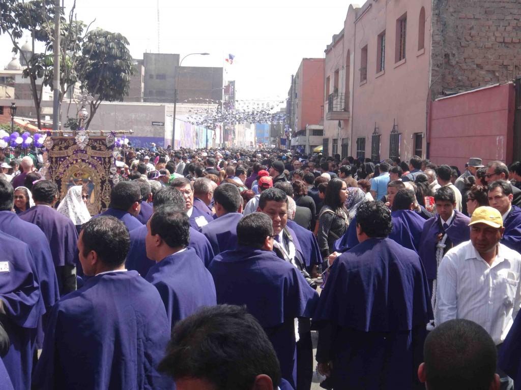 Figure 10. Procession du Christ des Miracles organisée par la confrérie du Seigneur des Miracles de l'Eglise des Nazarenas (HSMN) (Sierra, 2013).