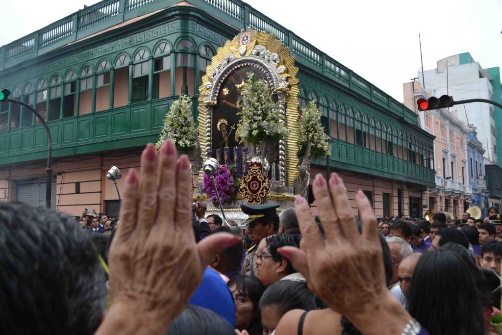 Figure 12. Salut au passage de l'effigie du Seigneur des Miracles au centre de Lima (Sierra, 2015).