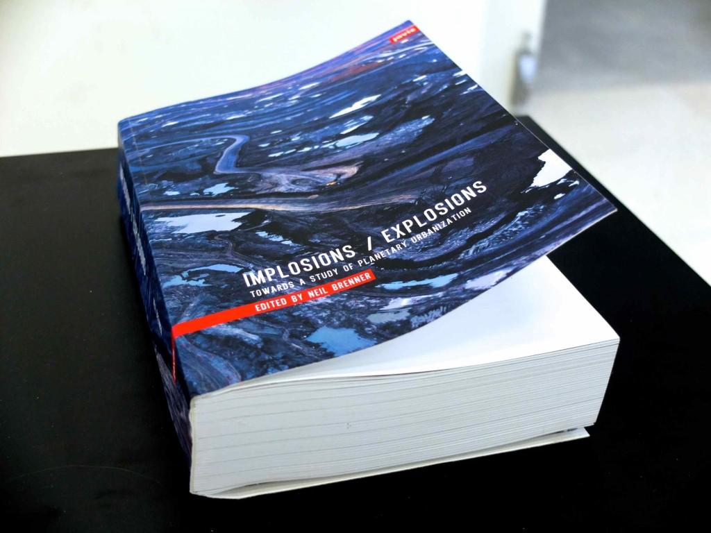 Figure 2 : Implosions/Explosions (2014), une collection de textes théoriques rassemblés et édités par Neil Brenner (Dorignon, 2015)