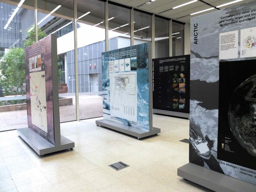 Figure 3 : La démarche pédagogique de l'exposition propose un operational landscape par poster. Ici de l'avant à l'arrière-plan, les paysages de l'Arctique, du Sahara, de la Sibérie, et la critique de l'idéologie spatiale (Dorignon, 2015, œuvres UTL-GSD Harvard)
