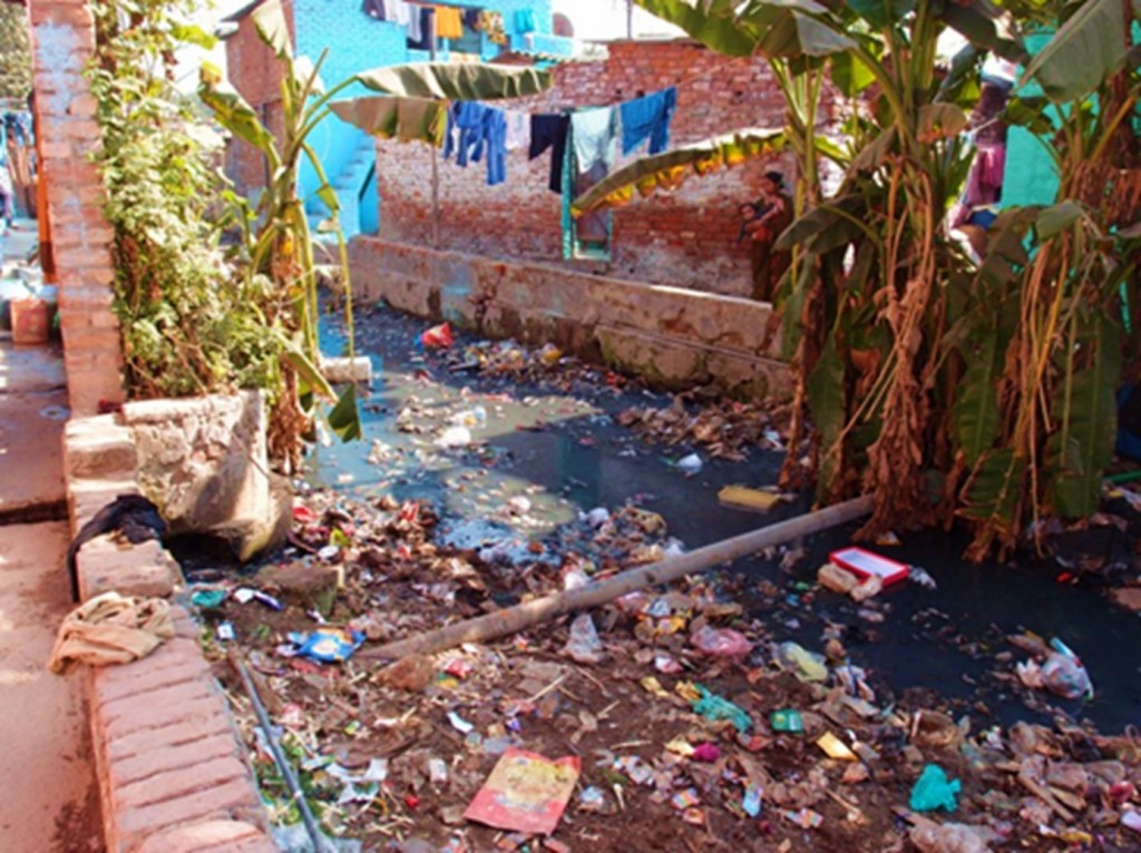 2. Égout à ciel ouvert d'un quartier non autorisé au sud de la ville (Bercegol, février 2015)