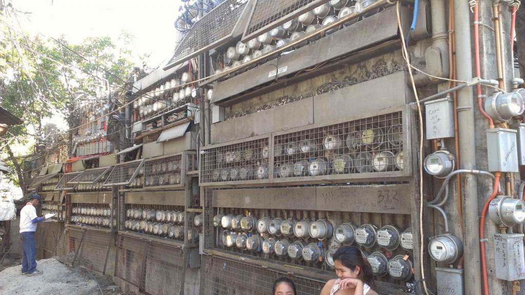 2. Regroupement de compteurs électriques dans le quartier de Pansol, Quezon City (Mouton, 2013)
