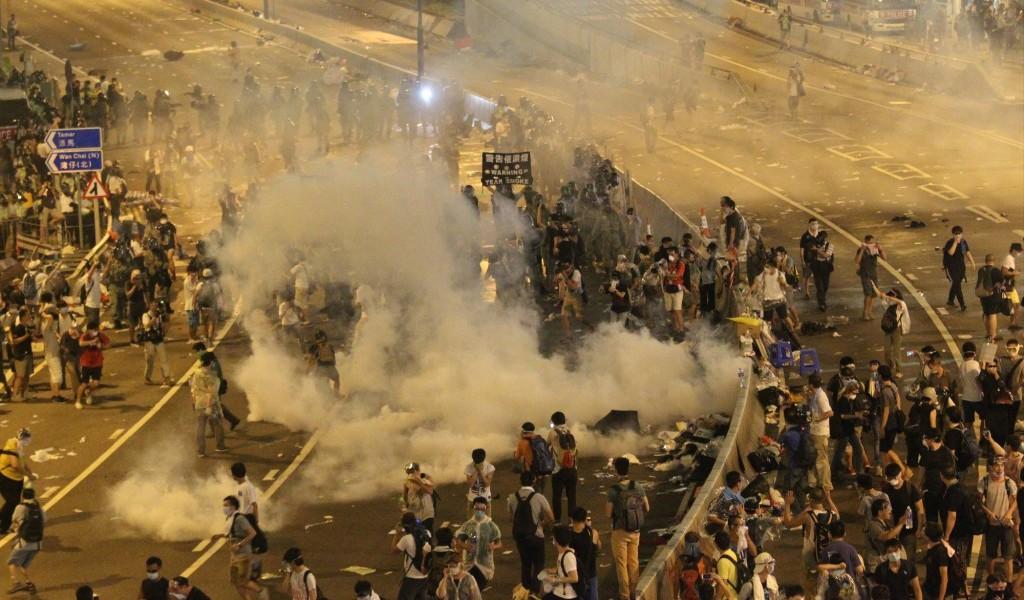 2. Manifestants sous une pluie de gaz lacrymogène (Cheng K.Y. 28 septembre 2014)