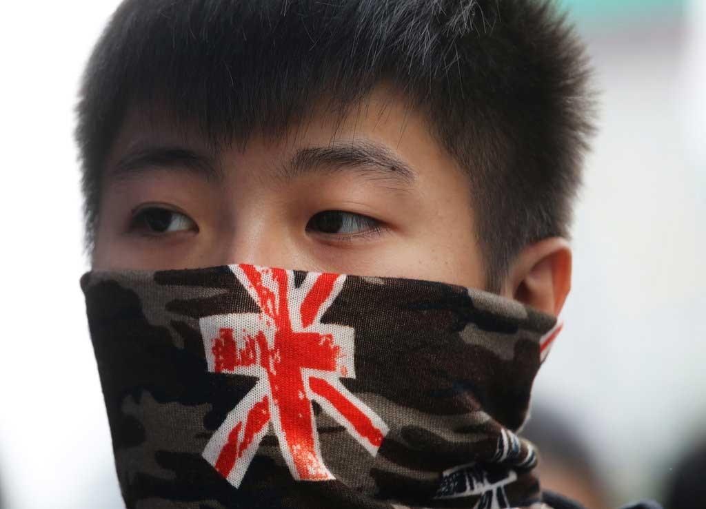 7. Jeune hongkongais arborant l'Union Flag sur son bandana lors d'une manifestation contre les marchands venus de Chine continentale, commerçant le long de la frontière sino-hongkongaise.(Don Hills/EyePress , le 1er mars 2015).