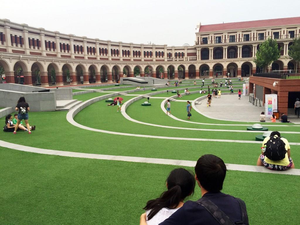 10. Des visiteurs se détendent dans le Stade de Minyuan de Wudadao dans l'ancienne concession britannique de Tianjin (Lu, 2015).