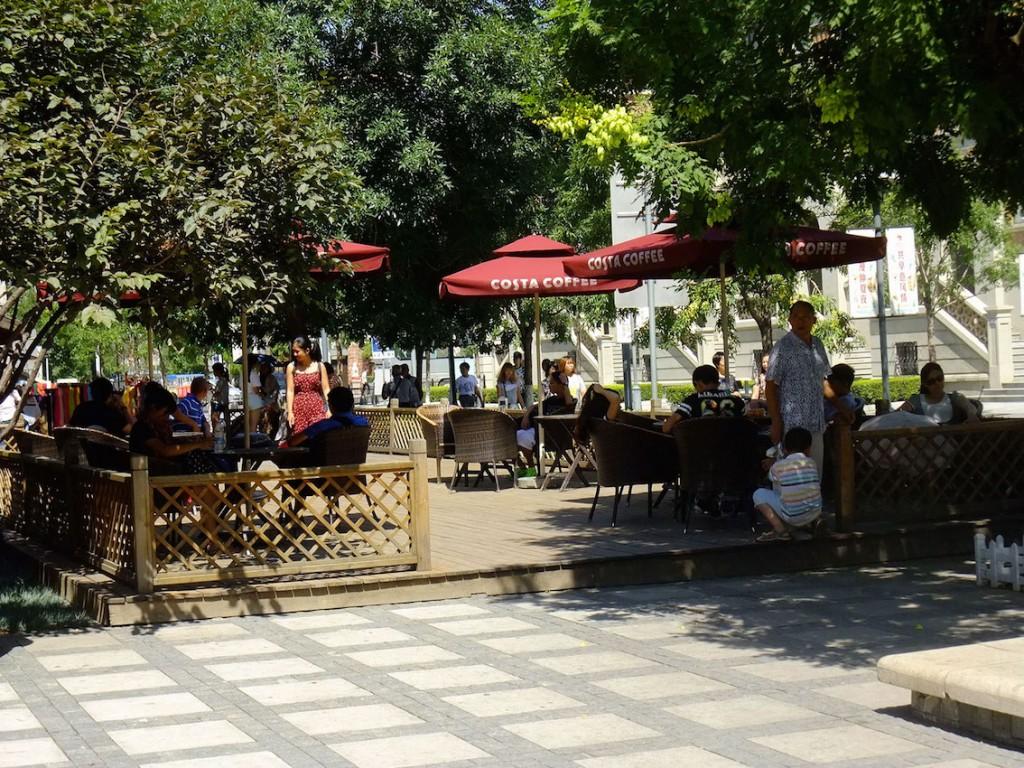 11. Des visiteurs prennent un café en plein air dans le New I-Style Town (Lu, 2015).