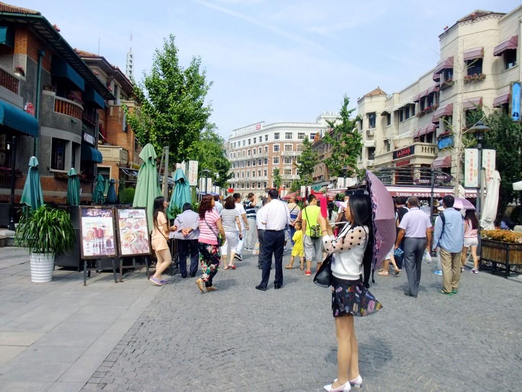 7. Un groupe de touristes visitent le New I-Style Town (Lu, 2015).