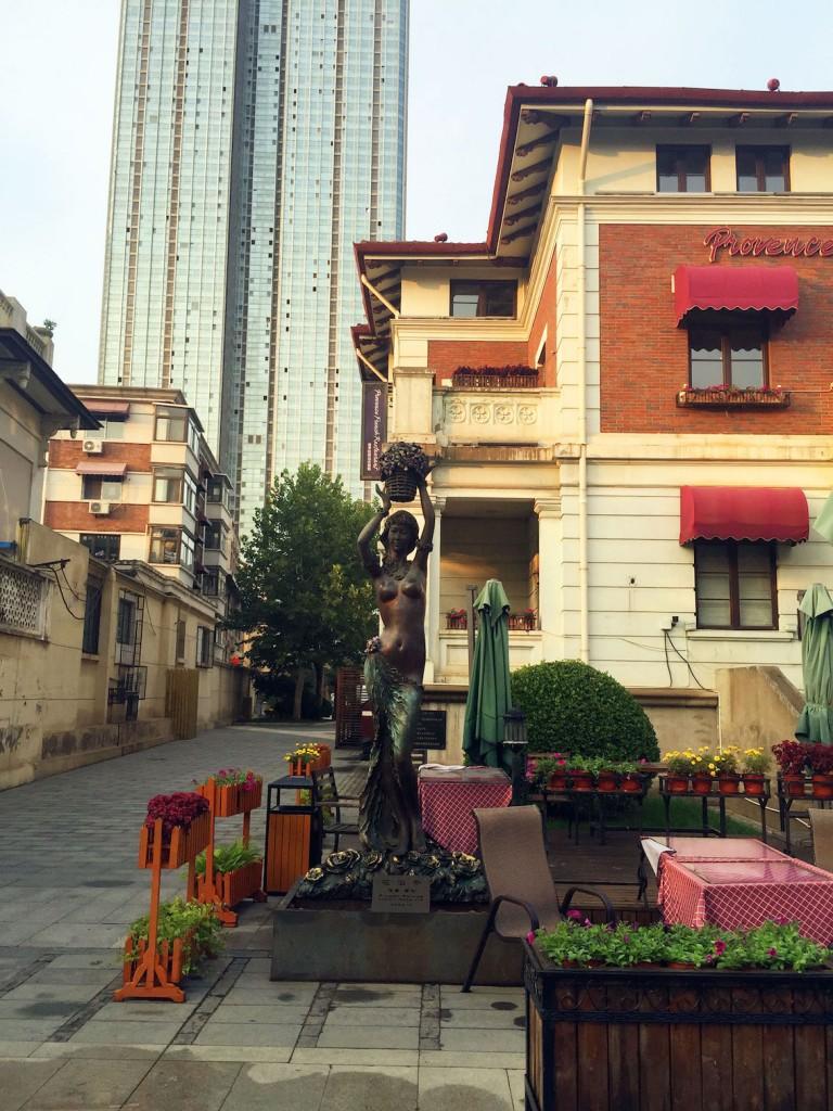 8. Le New I-Style Town de Tianjin. La hauteur des bâtiments et les espaces extérieurs montrent une atmosphère intime par rapport aux gratte-ciels situés en arrière-plan (Lu, 2015).