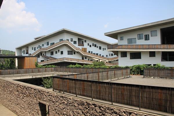 12. Nouveau campus de l'Institut des beaux-arts de Chine,Wang Shu, Lu Wenyu, 2002-2007, Hangzhou (Wei Xiaoli, 2011)