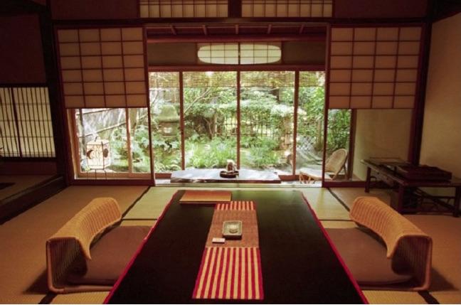 L'intérieur du ryokan Tarawaya à Kyōto, le plus fameux du Japon, qui a inspiré à l'écrivain Tanizaki son Éloge de l'ombre (Muramatsu, 2002). Une nuit dans une chambre standard avec dîner coûte en moyenne 850 euros (https://daringpenguin.com/1104)