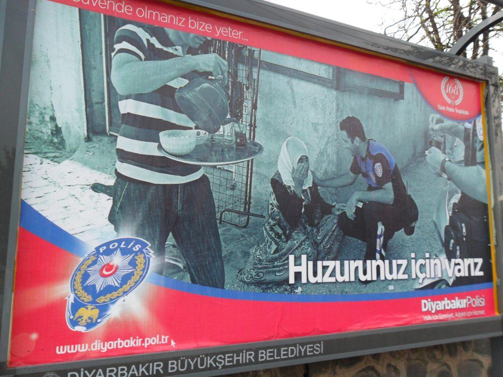 9. «Nous sommes là pour votre tranquillité». Affiche de la police de Diyarbakır (Gosse, 2013).