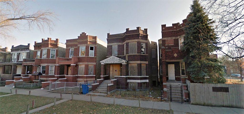 6. Le 707 North Central Park Avenue (deuxième maison depuis la droite), une propriété vacante qui témoigne de l'impuissance des pouvoirs publics à Chicago (Google Street View, décembre 2014)
