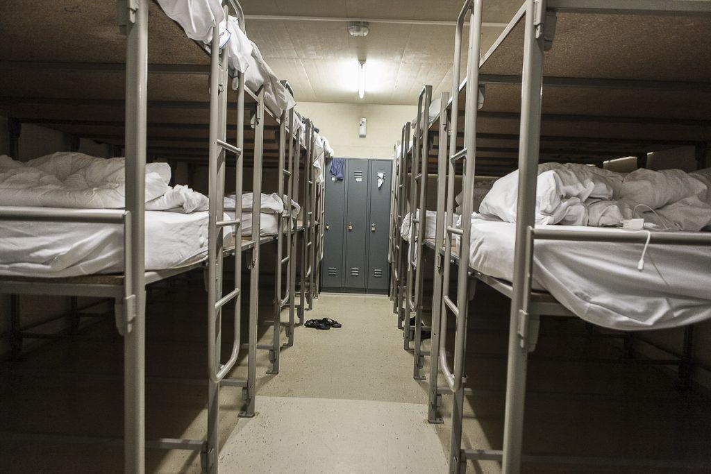 3. Le dortoir est constitué d'une série de lits superposés collés les uns aux autres. L'intimité dans la chambre est extrêmement limitée et le sommeil dérangé par le bruit ininterrompu de la ventilation. L'allumage et l'arrêt de la lumière a lieu à des horaires précis, gérés par le personnel du centre.
