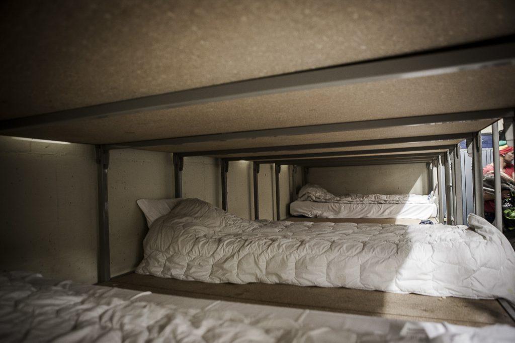 5. Au moment du reportage, le nombre réduit de résidents vivant dans la structure permet de laisser de l'espace entre les matelas, un petit luxe momentané.