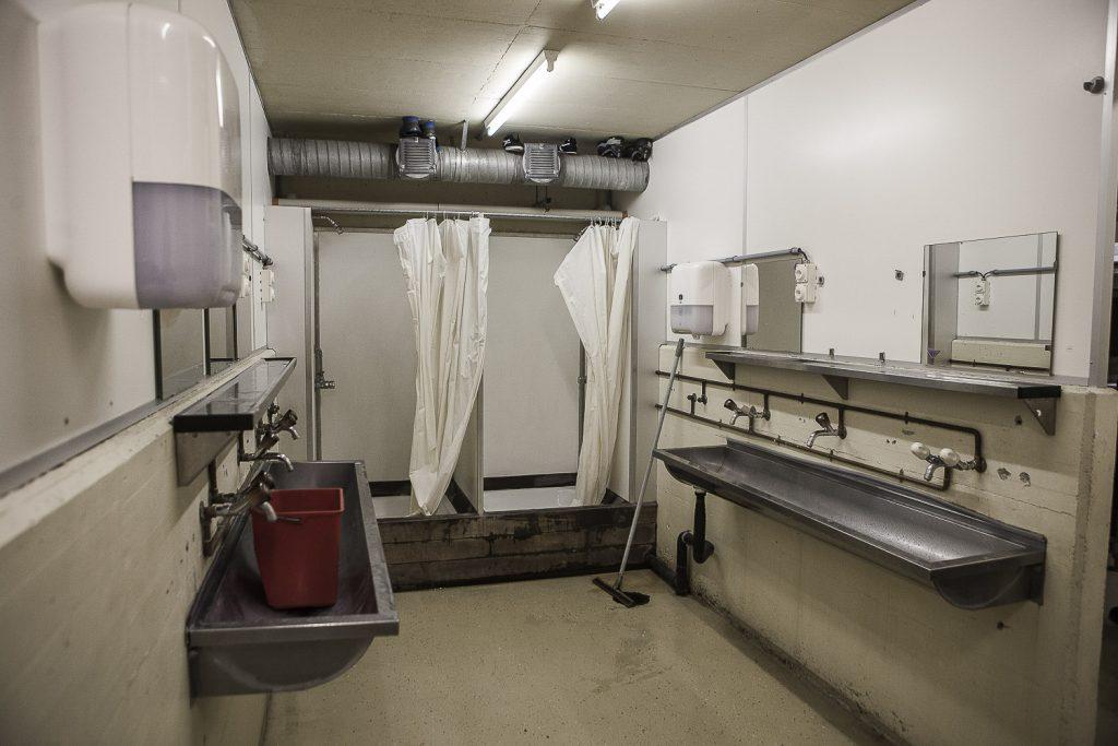 7. Les salles de bain, en tout au nombre de deux dans l'établissement, sont nettoyées chaque matin.