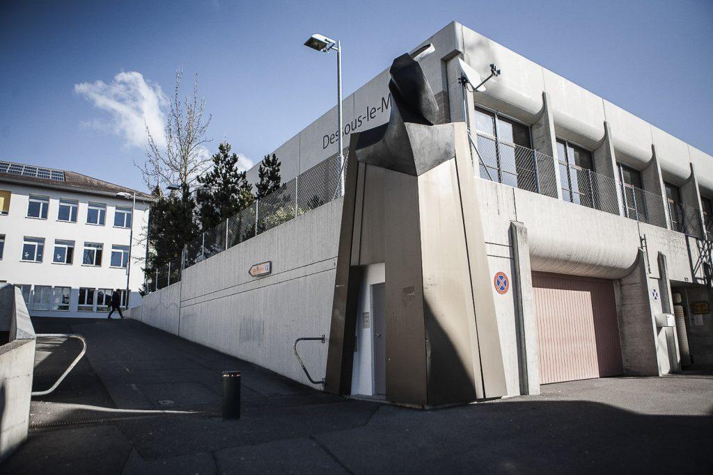 8. L'abri de protection civile vu de l'extérieur. La structure dans laquelle sont hébergés les exilés est située au centre ville de Bussigny, dans le Canton Vaud. L'entrée de la structure est située à côté de l'entrée d'une école.