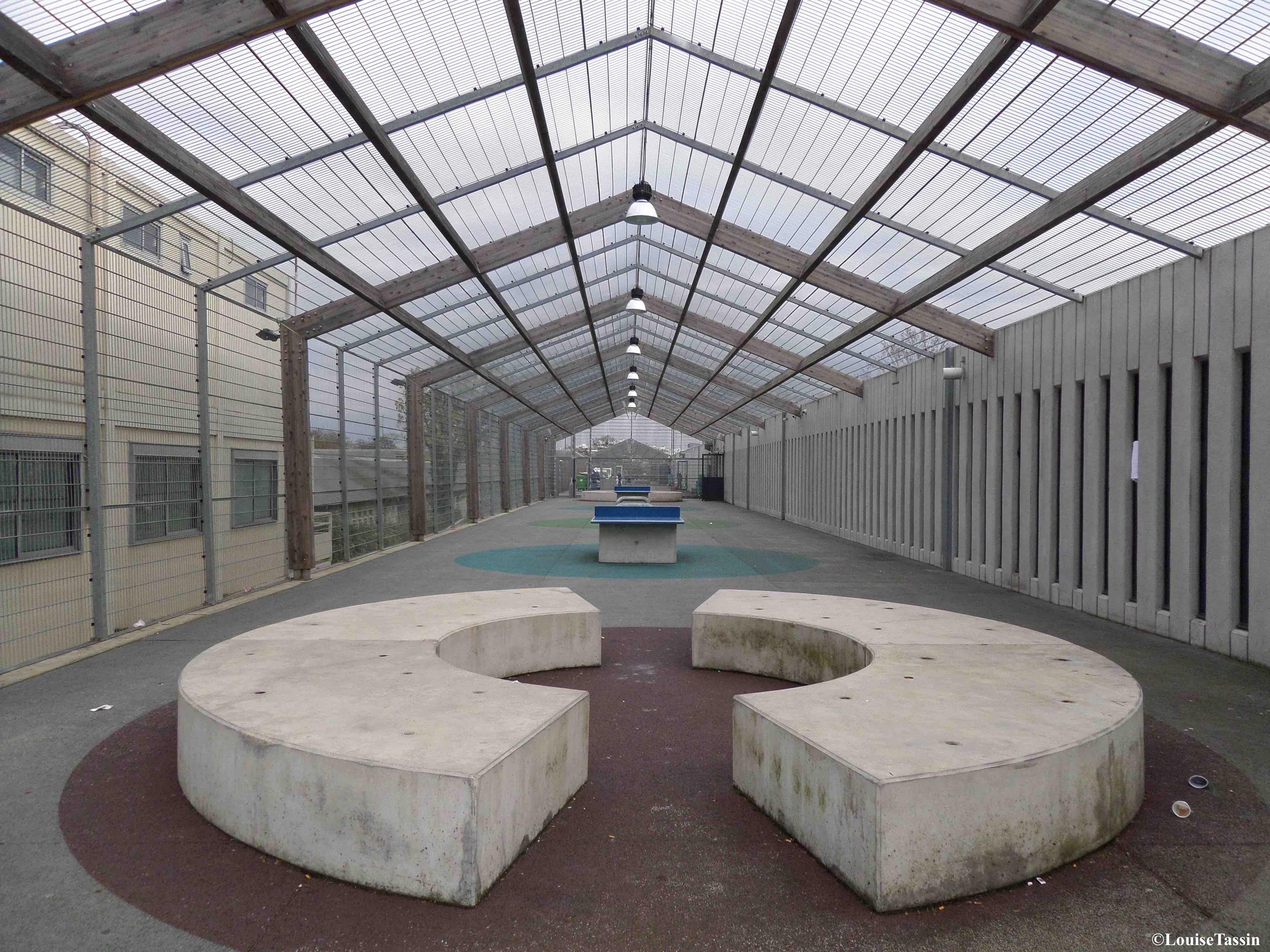 1. Cour extérieure dans le centre de rétention de Paris-Vincennes en novembre 2014 (Louise Tassin)
