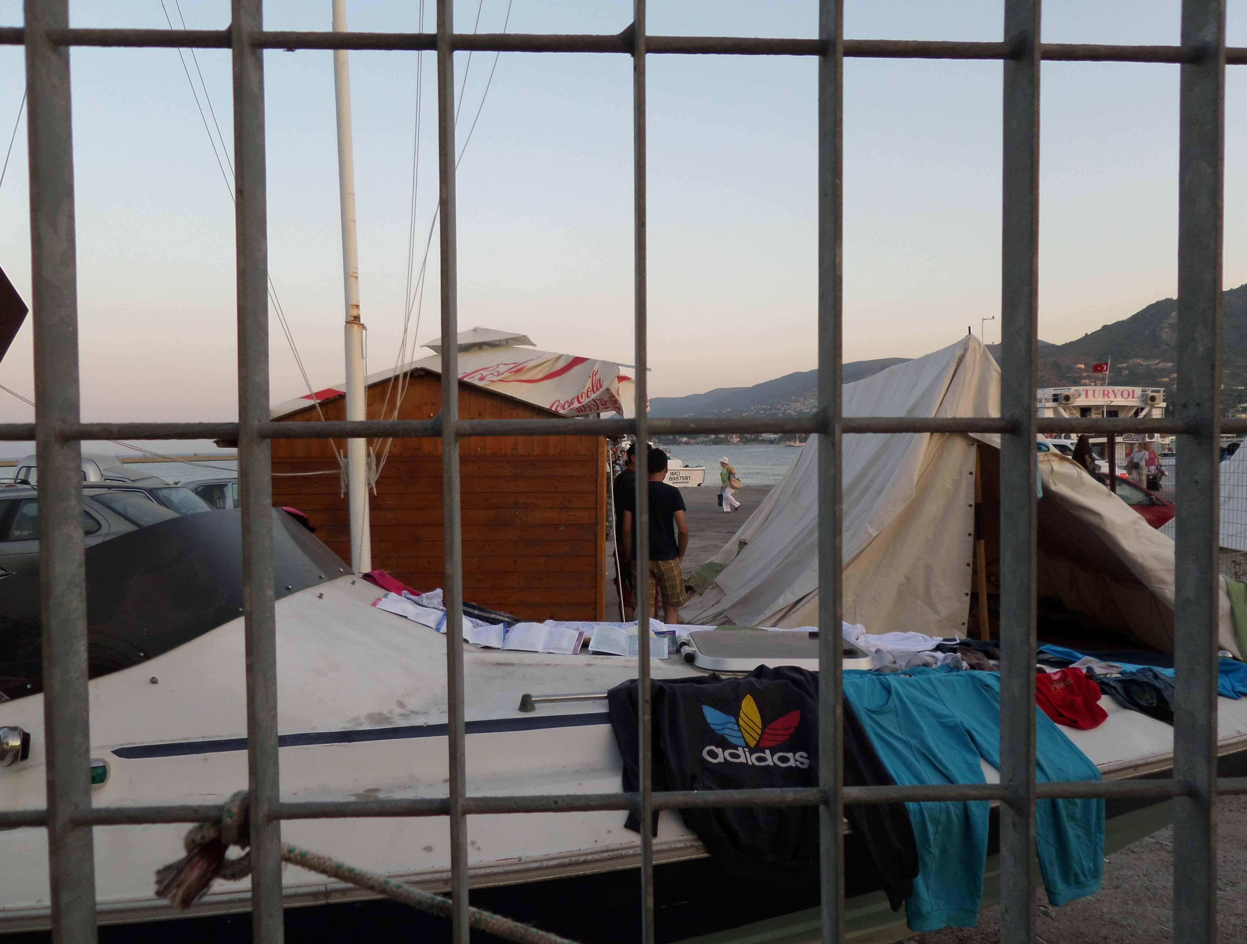 10. Des migrants sont enfermés dans la zone internationale du port de Mytilène à Lesbos où débarquent des touristes arrivant de Turquie, en août 2013 (Louise Tassin)