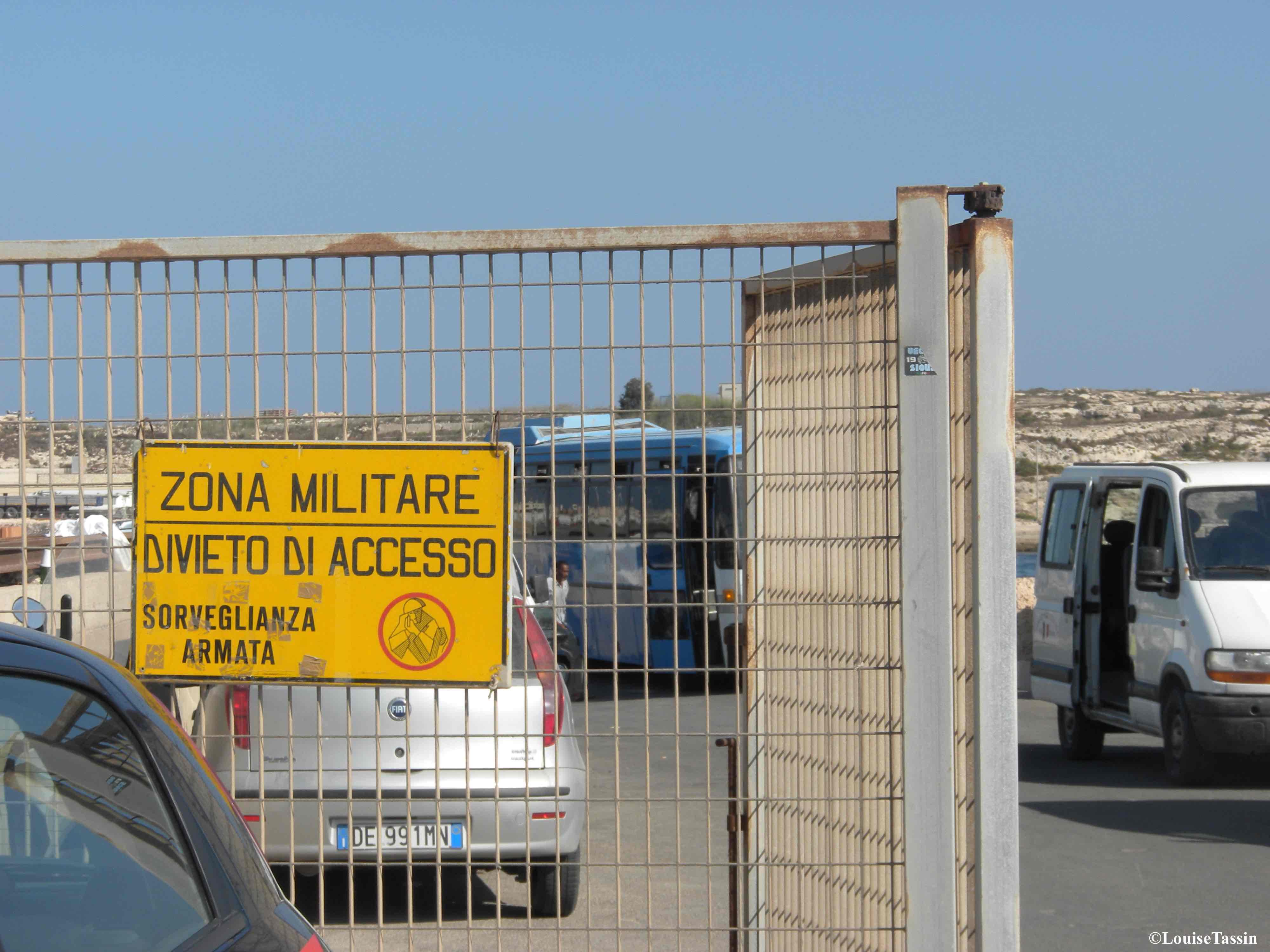 15. «Zone militaire, interdit d'accès, surveillance armée»: l'entrée du quai où sont débarqués les migrants interceptés en mer à Lampedusa, en juillet 2013 (Louise Tassin)