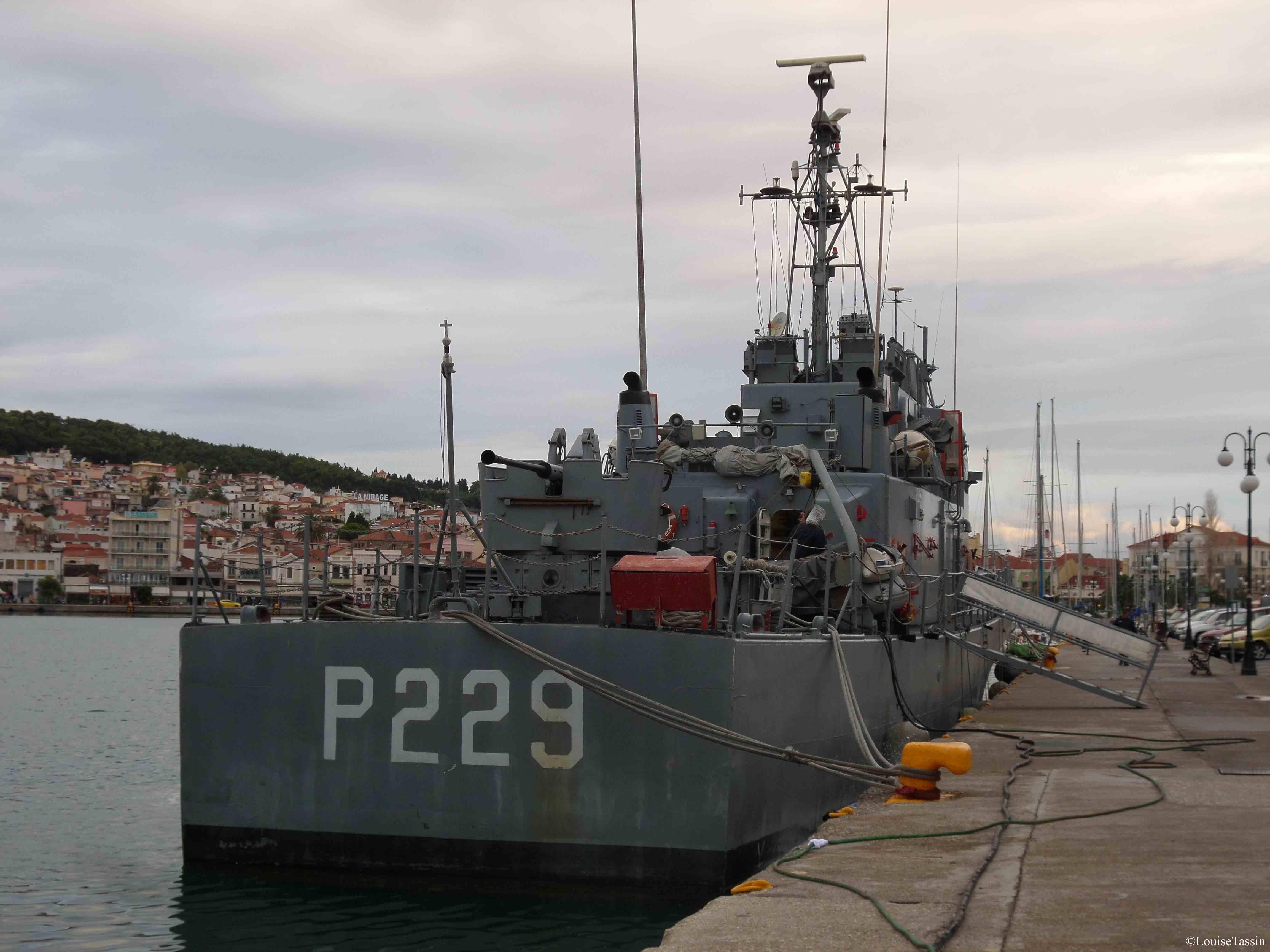 16. Un bateau des garde-côtes accosté sur les quais de Mytilène à Lesbos, en décembre 2013 (Louise Tassin)
