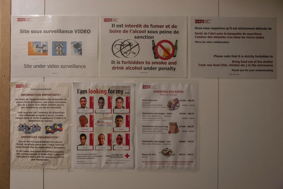 4. Panneau posé à l'entrée d'un bunker dans le canton de Vaud. Ces affiches montrent bien ce qui est dénoncé par les exilés: la surveillance constante et une vie marquée par les interdits (Alberto Campi / We Report, 2015)