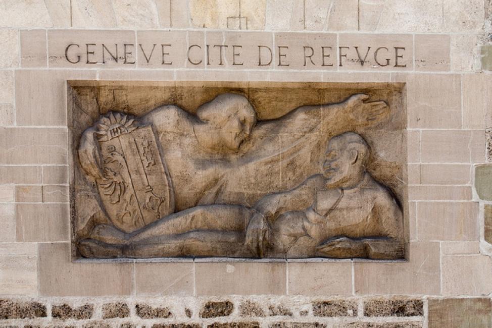 7. Plaque «Genève, Cité de refuge» (1920) avec, sous l'inscription, Lénine allongé sous une allégorie de la République qui étend sur lui son bras protecteur. (Brigitte Djajasasmita / flickr, 2012)