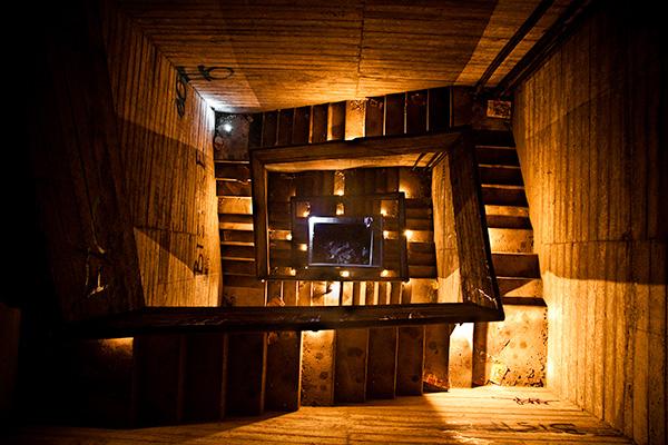 Escalier descendant à un ancien abri anti-atomique situé dans une carrière souterraine