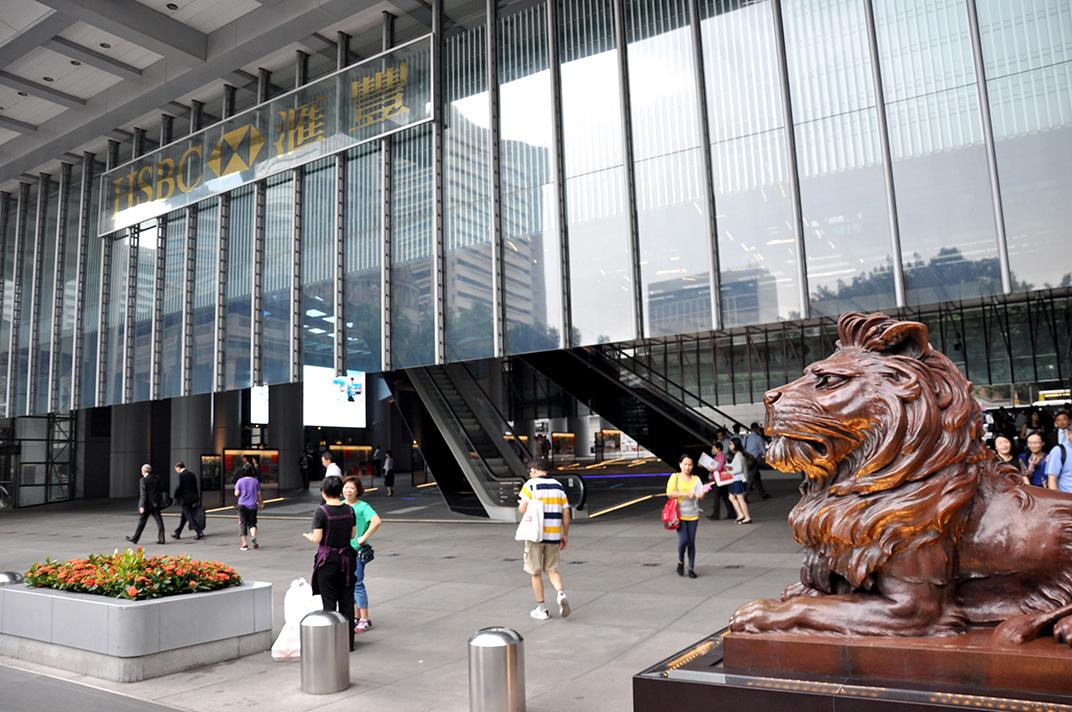 Atrium de la tour HSBC sur Queen's Road un jour de semaine. L'espace est investi par les travailleurs du secteur tertiaire et les touristes.