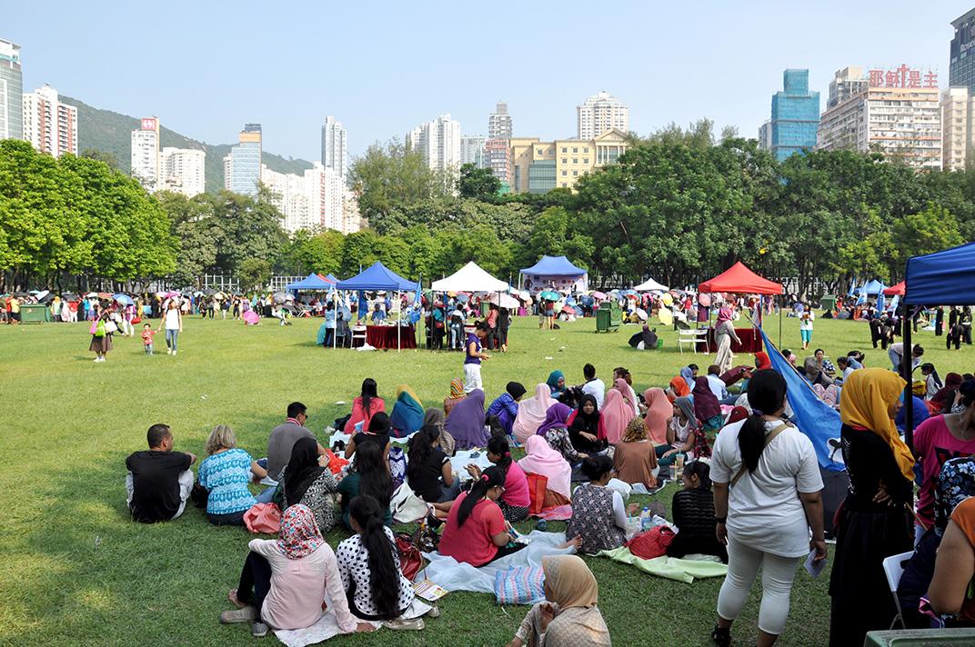 Victoria Park un dimanche. L'espace est investi par les travailleurs originaires d'Indonésie.