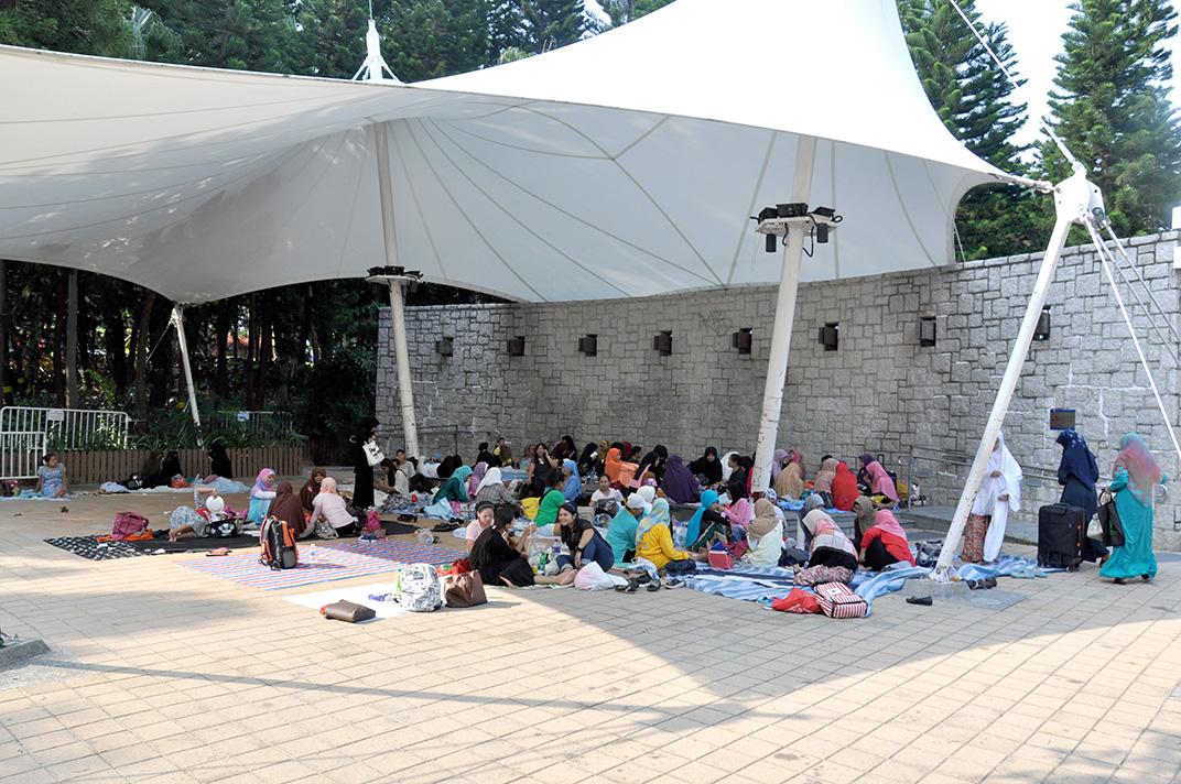 Victoria Park un dimanche. Picnic et discussions à l'abri du soleil.