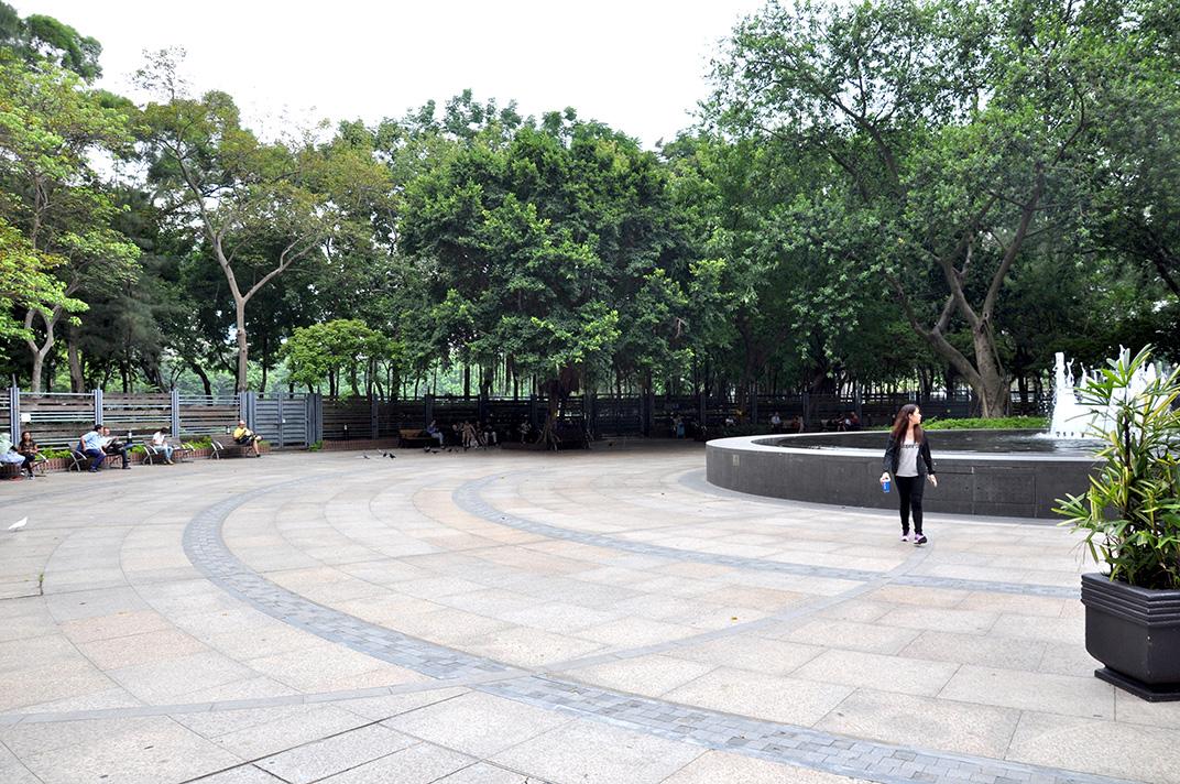 La fontaine du Victoria Park un jour de semaine. L'espace est investi par de rares promeneurs.